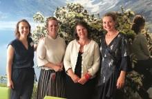 Fire kvinner på rad