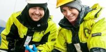 To personer i båt viser frem forskning